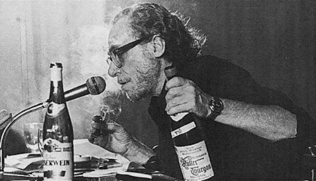 Bukowski bebendo