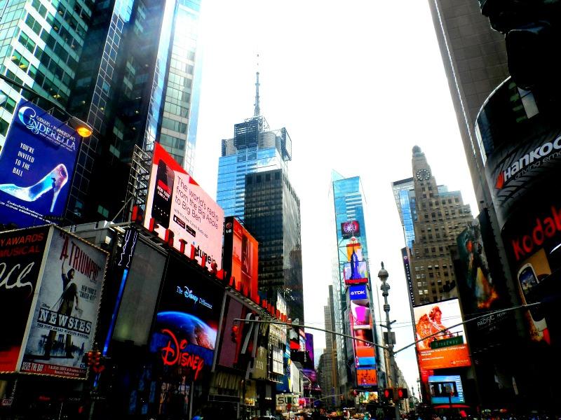 Uma foto rápida da Times Square enquanto esperava para atravessar a rua.