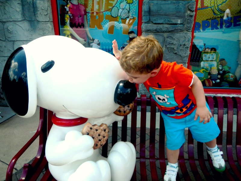 Meu sobrinho dando um beijinho no nariz do Snoopy.