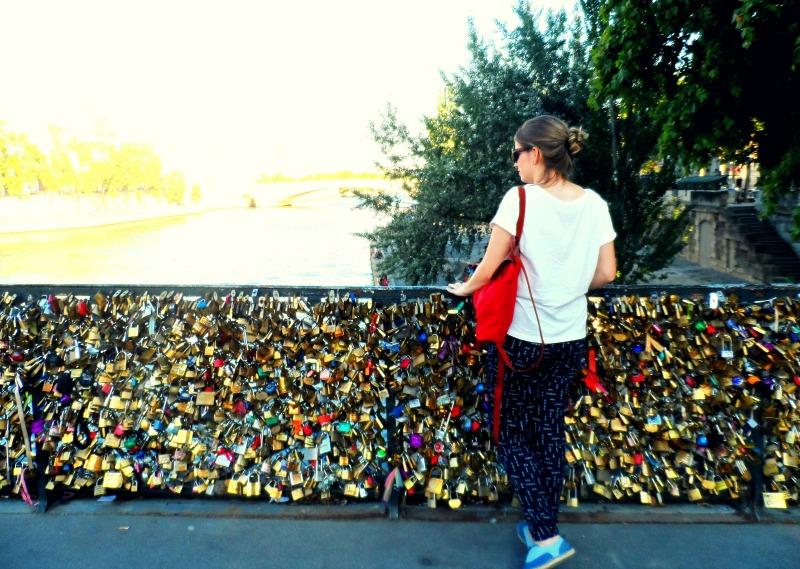 Eu, a ponte e os locks que sempre são retirados pelo governo, mas turistas não sabem. Tem que ter espaço para todo mundo, gente!
